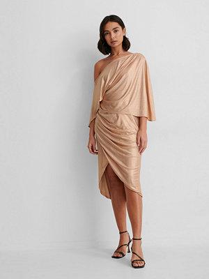 NA-KD Party Asymmetrisk Klänning beige