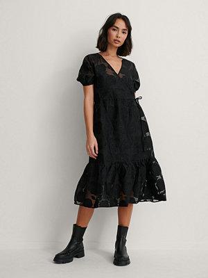 NA-KD Omlottklänning Med V-Ringning svart