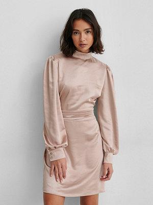 NA-KD Trend Satinklänning Med Hög Hals rosa