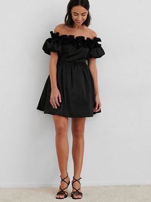 NA-KD Trend Off The Shoulder Satin Dress svart