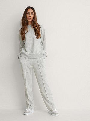 NA-KD Reborn vita byxor Ekologiskt Sweatpants grå