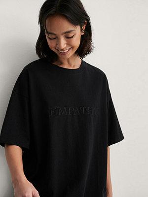 NA-KD Trend Ekologisk Boxig T-shirt Med Vbroderidetalj svart