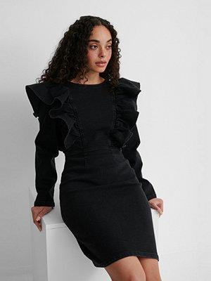 NA-KD Ekologisk Veckad Denimklänning svart