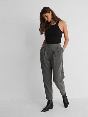 NA-KD Trend Kostymbyxor Med Djupa Pressveck grå