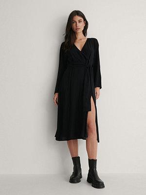 NA-KD Reborn Långärmad Omlottklänning svart