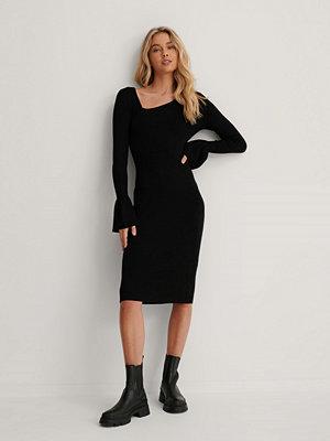 Lizzy x NA-KD Asymetrisk Midiklänning svart
