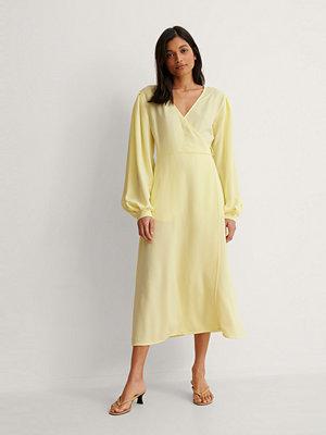 NA-KD Trend Omlottklänning Med Puffärm gul