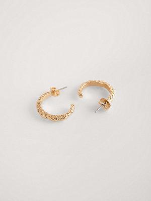 NA-KD Accessories smycke Recycled Hamrade, Välvda Hoopörhängen guld