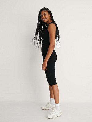NA-KD Basic Ribbstickad Ärmlös Midiklänning svart