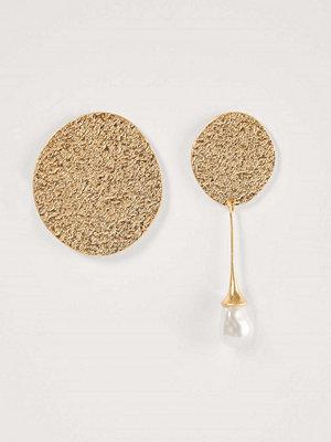NA-KD Accessories smycke Assymetriska Örhängen guld