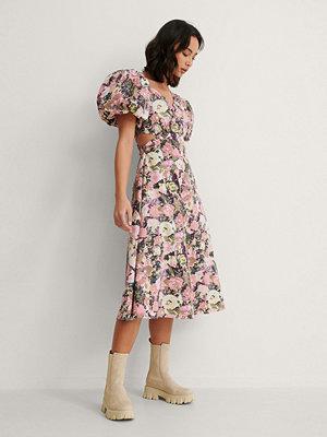 NA-KD Trend Asymetrisk Midiklänning rosa