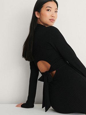 NA-KD Trend Recycled Klänning Med Hög Hals Och Öppen Rygg svart