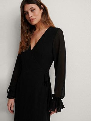 NA-KD Trend Midiomlottklänning Med Knytband svart