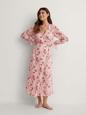 NA-KD Trend Midiomlottklänning Med Knytband rosa