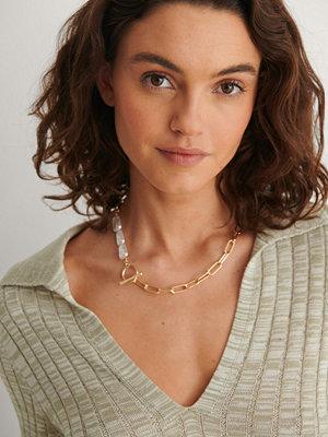 NA-KD Accessories smycke Pärldetalj Kedjehalsband guld