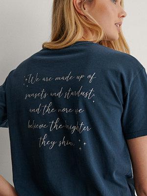 Lisa-Marie Schiffner x NA-KD Ekologisk Tryckt T-shirt blå