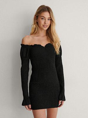 Lisa-Marie Schiffner x NA-KD Off Shoulder-Klänning svart