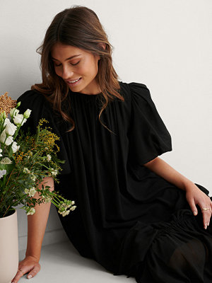NA-KD Trend Big Puff Sleeve Chiffon Dress svart
