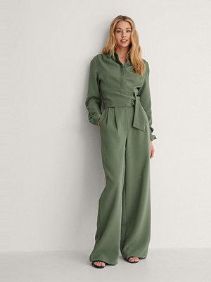 Oumayma x NA-KD Kostymbyxor grön omönstrade