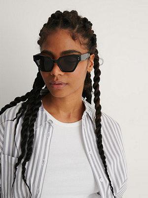 NA-KD Accessories Solglasögon Med Vinklad Cateyeform svart