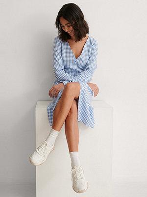 Anna Briand x NA-KD Midjedetalj Midiklänning blå