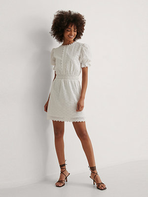Curated Styles Miniklänning Med Smockdetalj vit