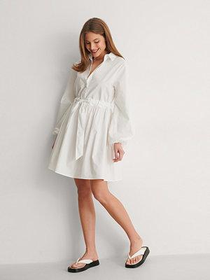 Curated Styles Miniklänning I Bomull Med Ett Knytbart Midjeband vit
