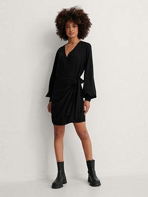 NA-KD Trend Omlottklänning Med V-Ringning svart