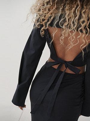 Angelica Blick x NA-KD Skjorta Med Öppen Rygg svart