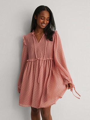 NA-KD Miniklänning Med Långa Ärmar Och En Knytframsida rosa