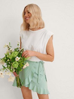 Anika Teller x NA-KD Volang Minikjol Med Omlott grön