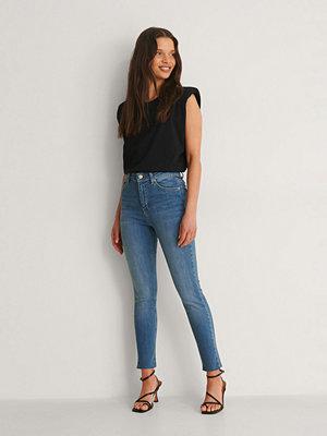 NA-KD Skinny Petite Jeans Med Rå Fåll blå