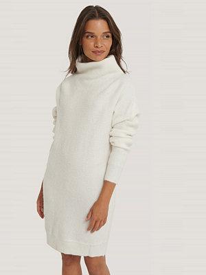 NA-KD Trend Ribbad Stickad Klänning vit