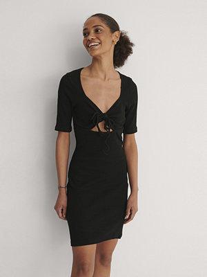 Trendyol Miniklänning Med Detaljer Vid Kragen svart