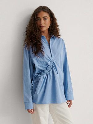Marije Zuurveld x NA-KD Dragsko Skjorta blå