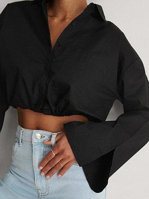 Khaoula x NA-KD Dragsko Croppad Skjorta svart