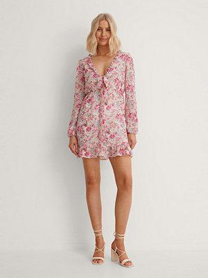 Anika Teller x NA-KD Miniklänning Med Knytdetalj Fram rosa
