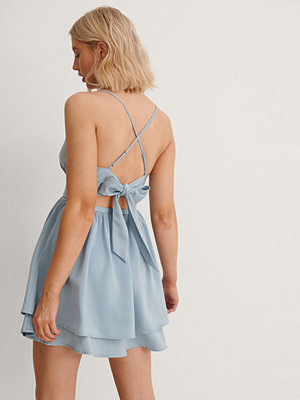 Anika Teller x NA-KD Miniklänning Med Knytning Bak blå