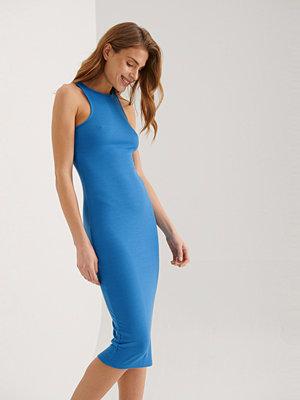 NA-KD Återvunnen Ärmlös Ribbad Midiklänning blå