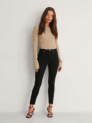 NA-KD Skinny Petite Jeans Med Rå Fåll svart