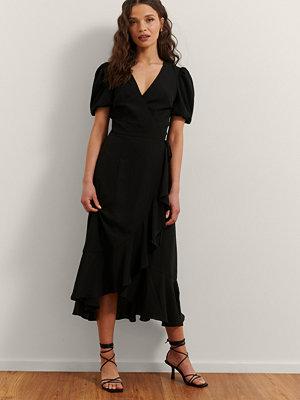 Rianne Meijer x NA-KD Omlottklänning Med Volang svart