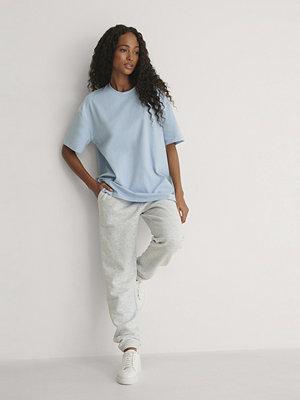 Pelican Bay x NA-KD Ekologisk Bas T-shirt Med Nedhasad Axel blå