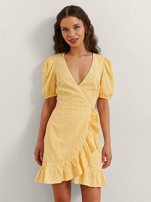 Rianne Meijer x NA-KD Omlottklänning Med Volang gul