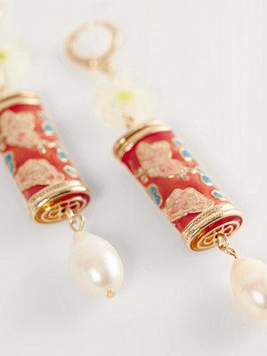 NA-KD Accessories smycke Målade Droppörhängen guld