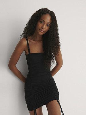 Festklänningar - Pelican Bay x NA-KD Jerseyklänning Med Dragsko svart