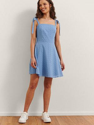 Rianne Meijer x NA-KD Broderad Miniklänning blå