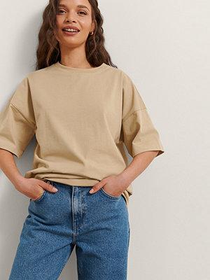 Rianne Meijer x NA-KD Ekologisk Basic T-shirt beige
