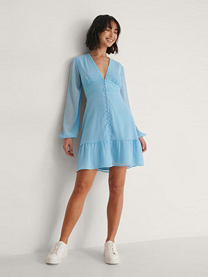 Buonalima x NA-KD Chiffongklänning Med Knappdetalj blå