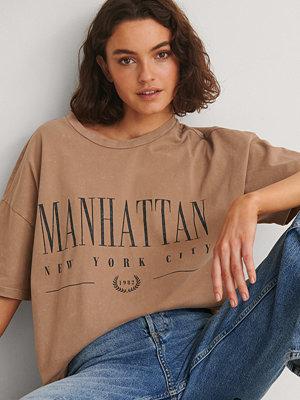 NA-KD Trend Ekologisk T-shirt Med Manhattan Tryck brun