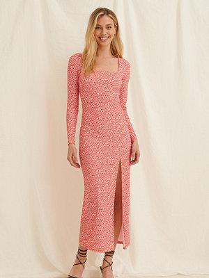 Pamela x NA-KD Reborn Midiklänning rosa